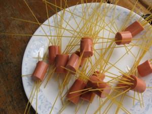 espaguetis con salchichas-niños