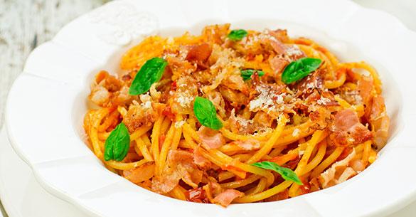 Spaghetti con tocineta y tomate