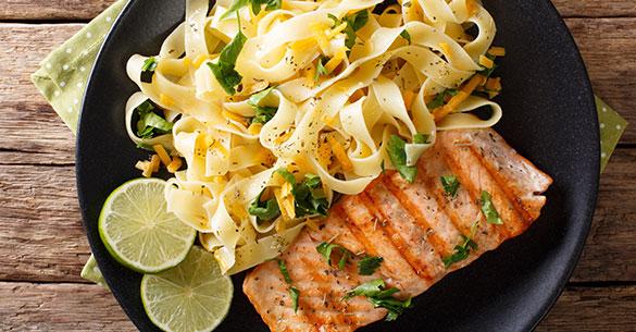 Fetuccini con salmón a las hierbas