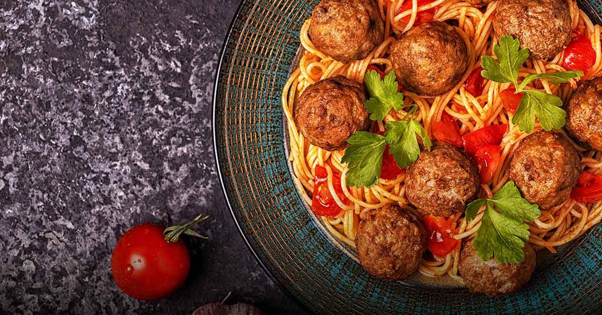 spaghettis-con-albondigas-y-salsa-de-tomate